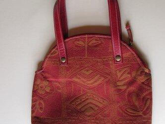 赤と黒のゴブラン織りのバッグの画像