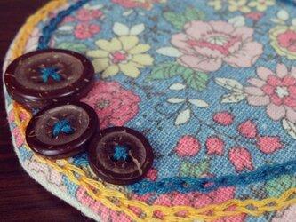 ボタンと刺繍のふわふわコースター(青花柄)の画像