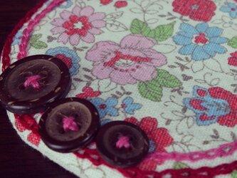 ボタンと刺繍のふわふわコースター(赤花柄)の画像