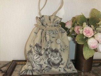 ベージュの花柄の巾着バッグの画像