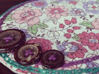 ボタンと刺繍のふわふわコースター(紫花柄)の画像