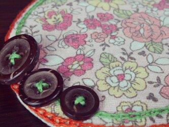 ボタンと刺繍のふわふわコースター(ピンク花柄)の画像