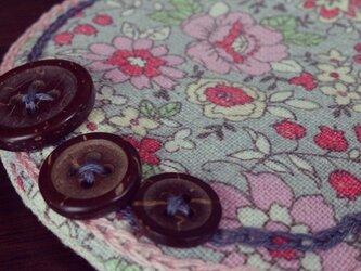 ボタンと刺繍のふわふわコースター(グレー花柄)の画像