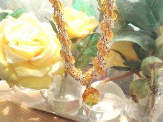琥珀色のクロッシェネックレスの画像