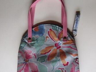 グレイ地にピンクの花のバッグの画像