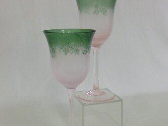 ピンクグリーンワイングラスの画像