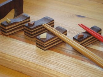 ティラミスをモチーフにした無垢の木の箸置きです。の画像
