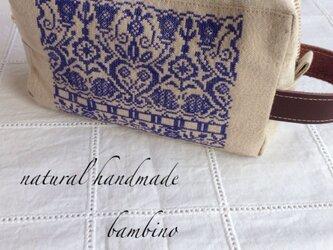 ブルー刺繍のポーチの画像