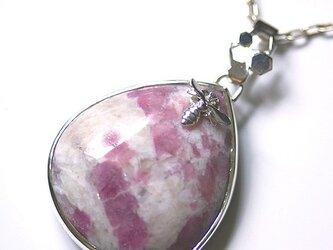 Pink tourmaline bee pendantの画像