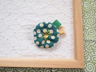 ミドリの水玉の小さなお花ブローチの画像