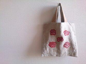花モチーフのアップリケバッグの画像