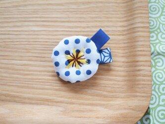 青い豆絞り・小さなお花ブローチの画像