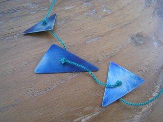 オールチタン青い三角3つネックレス(シルクコード・緑色)の画像