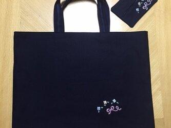 クロスステッチ刺繍*お花とリボン★(ティッシュケースつき)紺色レッスンバッグの画像