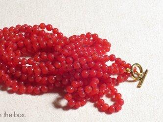 赤い木の実のロングネックレスの画像
