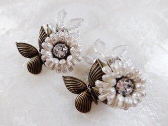 【ぶらん】ポンポン菊と蝶と淡水パールのつぼみブローチの画像