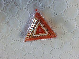 ビーズとスパンの三角ブローチの画像