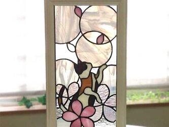 お花で遊ぶ三毛猫のステンドグラス・パネルの画像