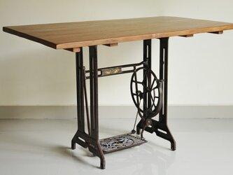 インダストリアルスタイルのダイニングテーブルの画像