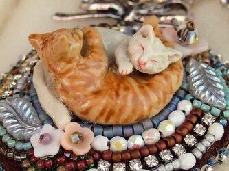 陰陽猫ビーズ刺繍チャーム白茶の画像