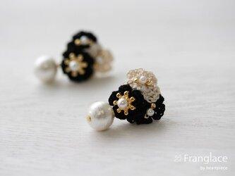 3枚花かさねコットンパールのピアス(黒・白・黒)の画像