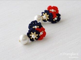 3枚花かさねコットンパールのピアス(紺・赤・紺)の画像