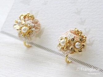 2枚花かさねメタフルラワーのイヤリング(白・ベージュ)の画像