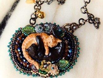 陰陽猫ビーズ刺繍チャーム黒茶の画像