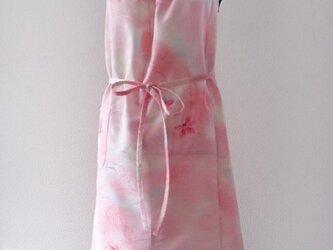 着物生まれのエプロン(やさしいピンクの花模様)の画像