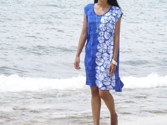 貝殻模様みたいなタイダイノースリーブワンピース <ロイヤルブルー>の画像