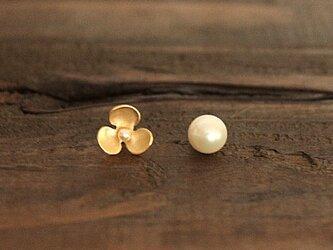 ふた粒の真珠とお花のピアスAの画像