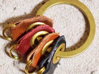 真鍮と栃木レザーのパーツで仕上げたシンプルなキーリングの画像