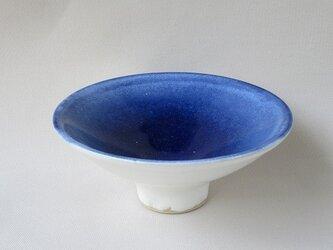 食卓に涼し気な皿小鉢の画像