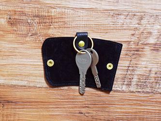 栃木レザーと真鍮で仕上げた本革のスリムなキーケース【ブラック】名入れできますの画像