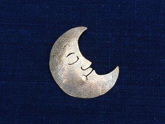 受注制作 眠りにつく月 真鍮ブローチの画像