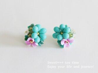 亜熱帯の花★ヨーロピアンビーズのフラワー刺繍ピアスの画像
