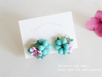 熱帯の花★ヨーロピアンビーズのフラワー刺繍イヤリングの画像