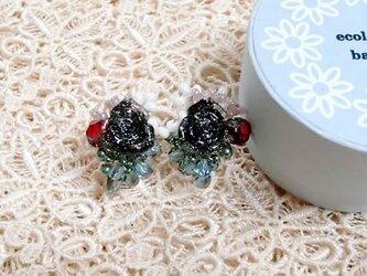 黒薔薇ビーズイヤリングの画像
