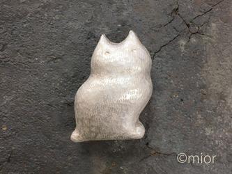 ふっくら白猫の帯留めの画像