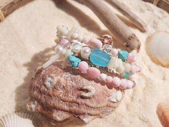 ピンクサンドビーチ風クイーンコンクシェルの3連ブレスレットの画像