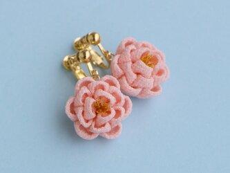 正絹 ほんわり椿のイヤリング ピンク つまみ細工の画像