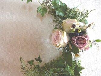 薔薇のクレセント型リースの画像