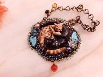陰陽猫ビーズ刺繍チャーム黒茶(猫目石)の画像