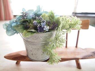 癒されグリーンのバケツアレンジ2(紫陽花)の画像
