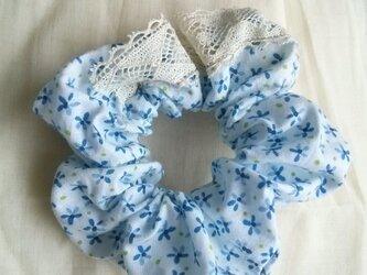青い小花柄のパッチワークレースシュシュの画像