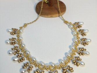 艶消しゴールドとパールのネックレス。の画像