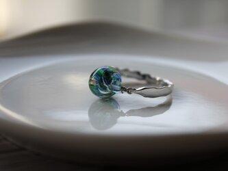 しずく形のプチ蜻蛉玉のリング(青緑)の画像