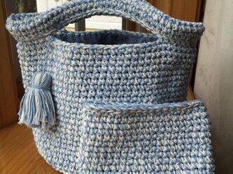 手編み  バケツ型バッグ(ポーチ付) ブルー×白の画像