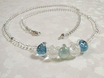 ティアドロップビーズと水晶のネックレス シルバーカラーの画像