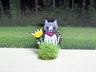 手刺繍ブローチ*草むらの猫(灰)の画像